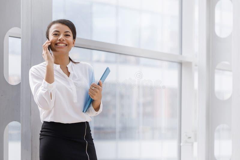 Африканская коммерсантка говоря по телефону стоковое изображение rf