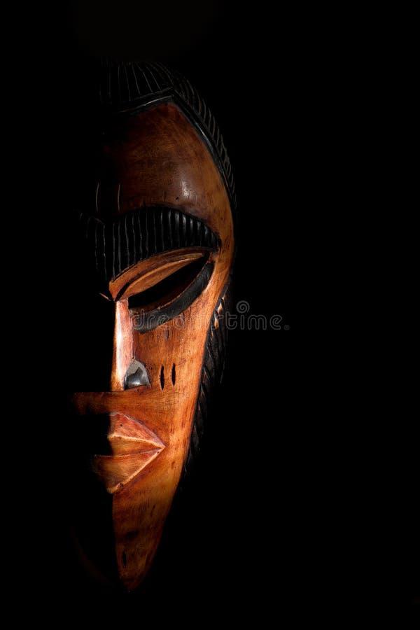 африканская маска Сувениры перемещения изолированные на черной предпосылке стоковые фото