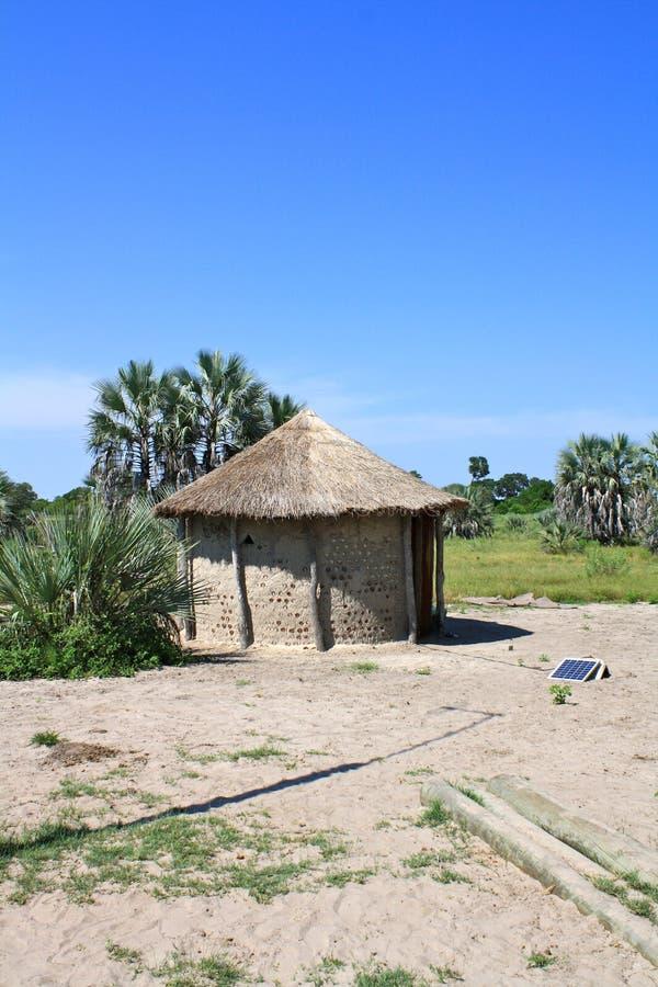Африканская покрыванная соломой хата с панелью солнечных батарей в северной Ботсване стоковое изображение rf