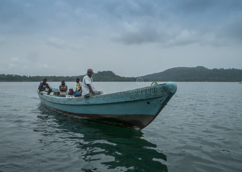 Африканская рыбацкая лодка на тропическом острове Sao Tome стоковые фото
