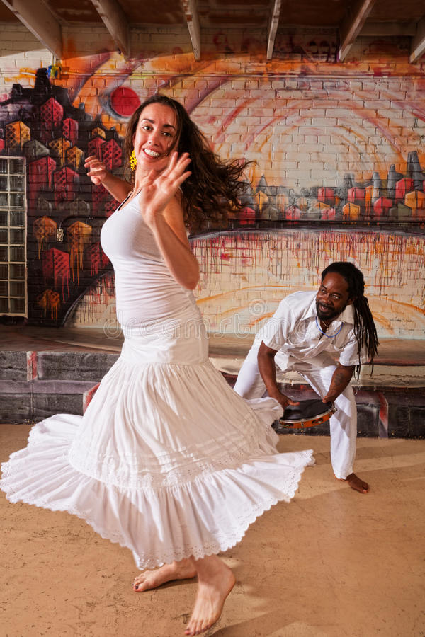 Африканские барабанщик и женщина стоковое фото