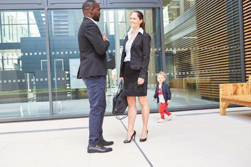 Африканские бизнесмен и бизнес-леди стоковые изображения rf