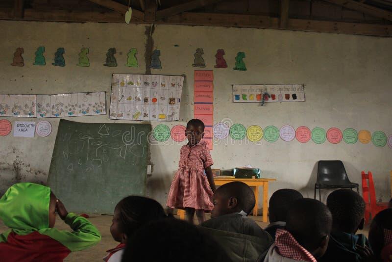 Африканские дети в классе в preschool сельском Свазиленде, Южной Африке стоковые фото