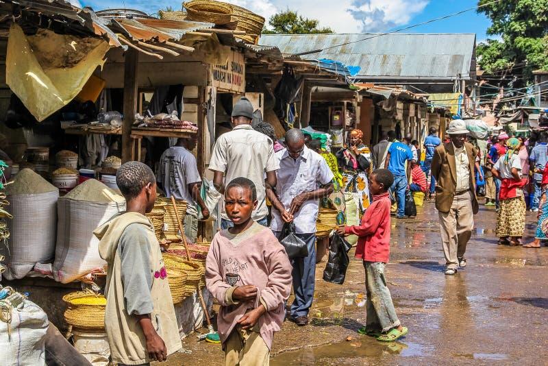 Африканские дети к рынку стоковая фотография rf