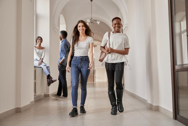 Африканские и кавказские девушки студентов стоковое фото