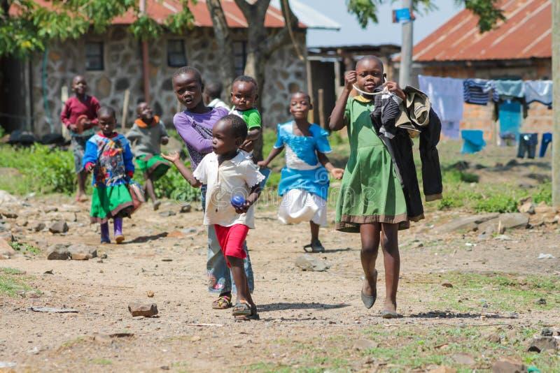 Африканские маленькие дети приходя от школы стоковые фотографии rf