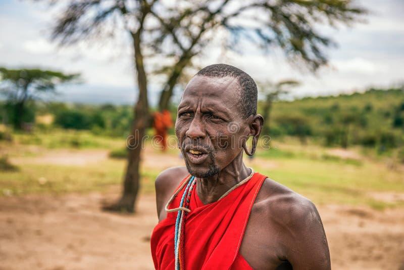 Африканские люди представляя в его деревне племени Masai, Кении стоковые изображения rf