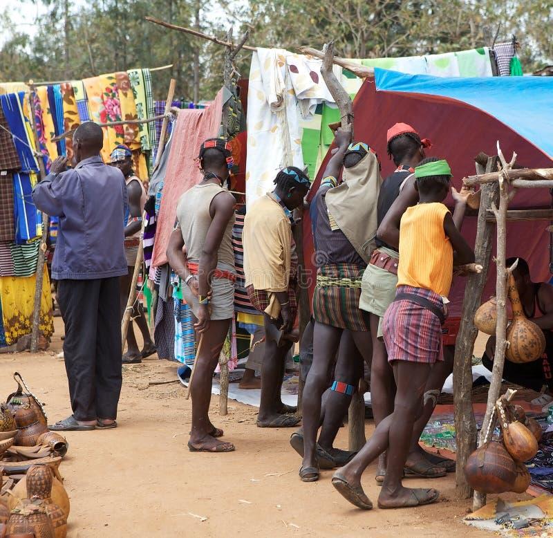 Африканские соплеменные люди на рынке стоковые изображения