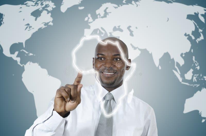 Африканский бизнесмен работая в виртуальной окружающей среде стоковое фото