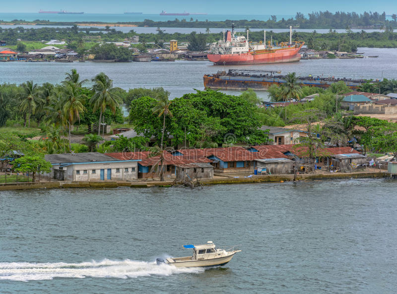 Африканский городок на береге реки стоковые изображения