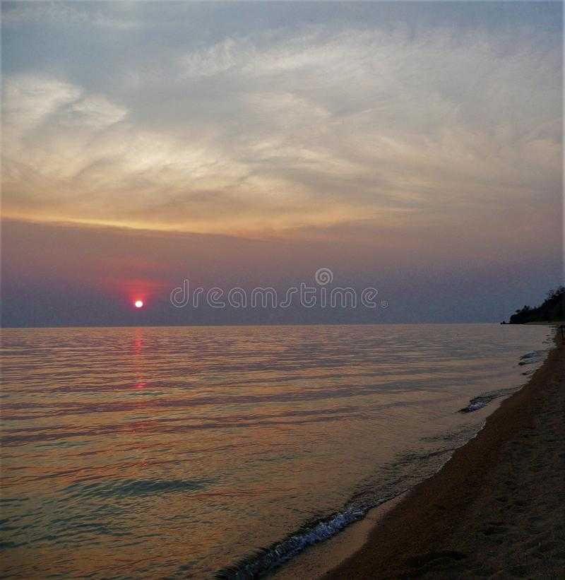 Африканский заход солнца в Мозамбике над озером с пляжем стоковое фото rf