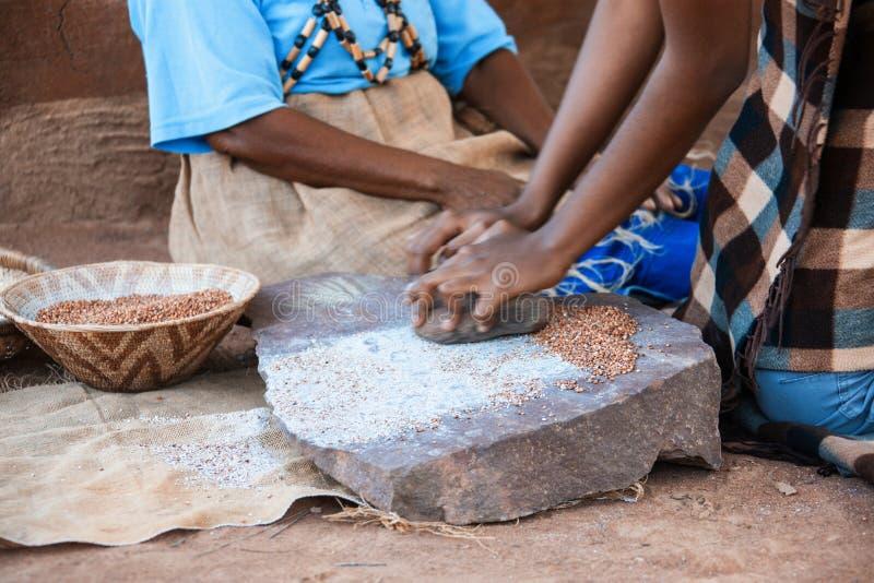 Африканский молоть женщины стоковая фотография