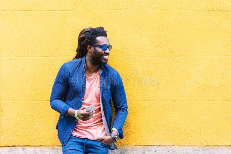 Африканский молодой человек используя чернь в улице стоковые изображения rf