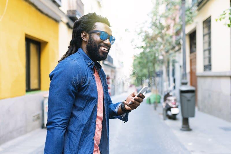 Африканский молодой человек используя чернь стоковые изображения