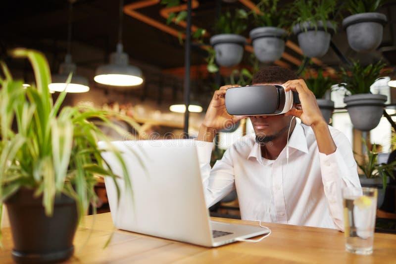 Африканский наблюдать человека видео- и играть игру в виртуальных стеклах стоковые фотографии rf