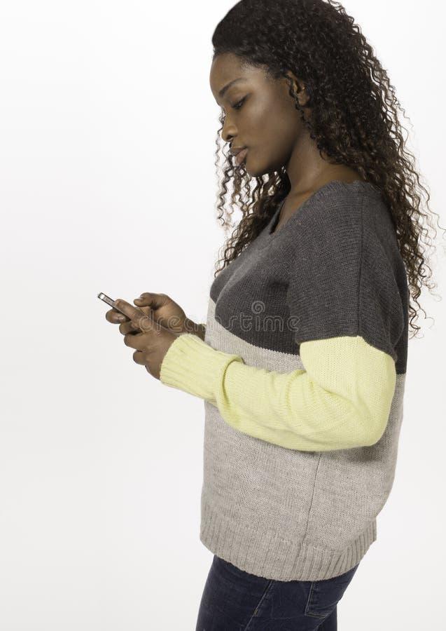 Африканский предназначенный для подростков texting на smartphone стоковые изображения