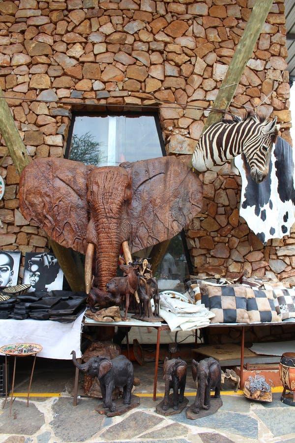 Африканский рынок с сувенирами на запруде Hartebeertspoort, Южной Африке стоковые фото