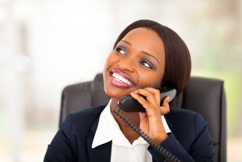 Африканский телефон коммерсантки стоковая фотография