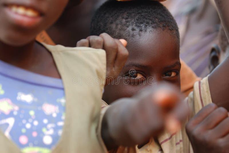 африканский указывать камеры мальчика стоковые фотографии rf