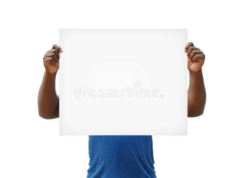 Африканский человек держа знак пробела над его стороной на белой предпосылке стоковое изображение