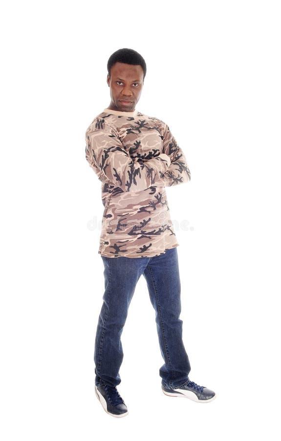Африканский человек стоя в джинсах и свитере стоковые фотографии rf