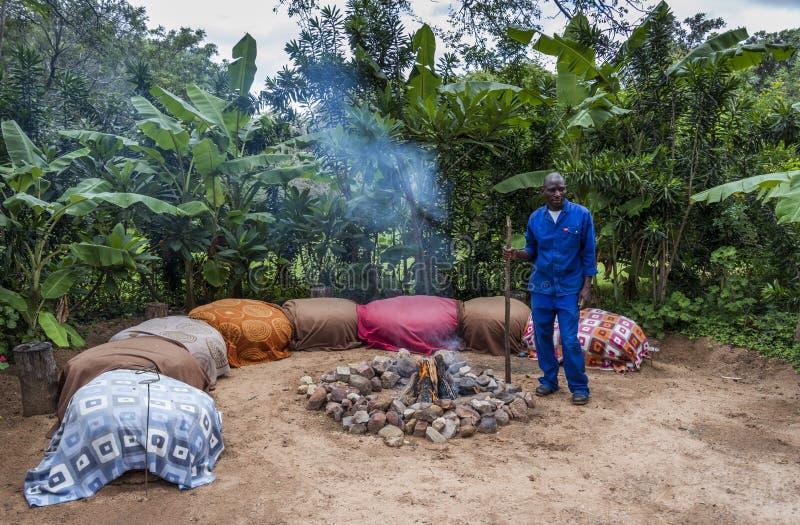 Африканский человек с лагерным костером стоковое изображение