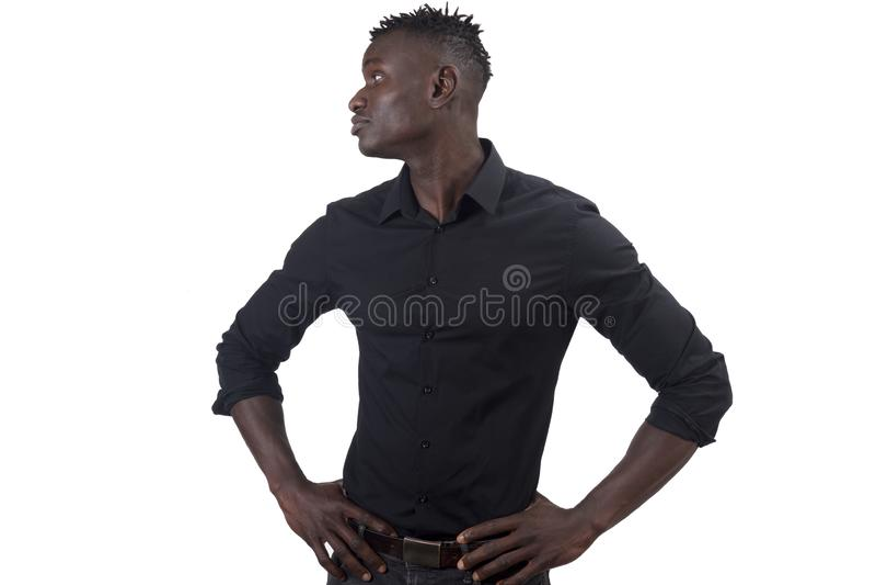 Африканский человек с оружиями на талии смотря к стороне, серьезной стоковая фотография rf