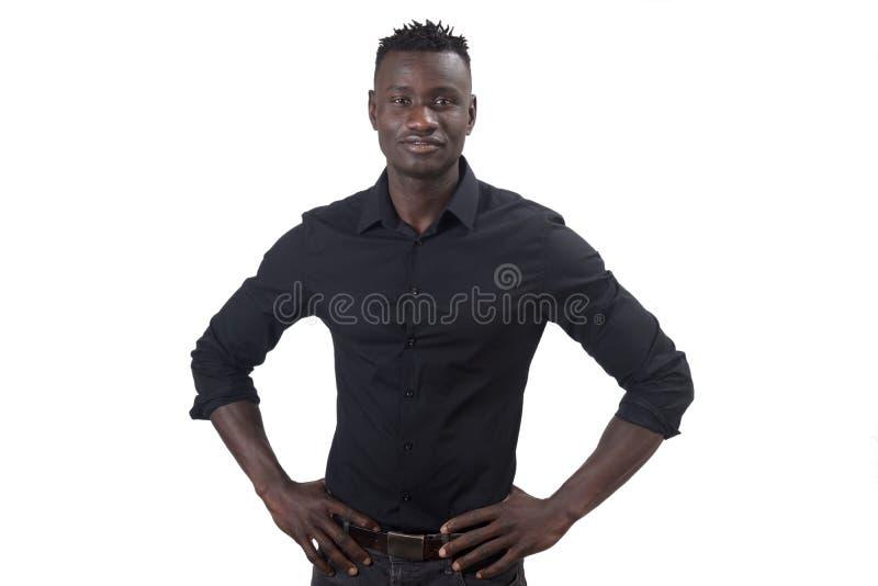Африканский человек усмехаясь с оружиями на талии смотря камеру стоковые изображения rf