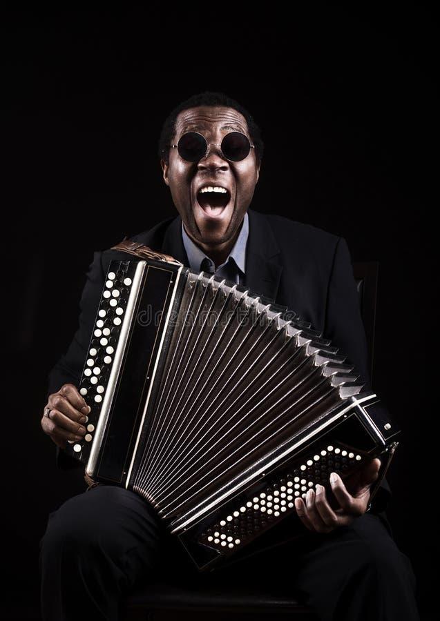Африканский чернокожий человек с этническим музыкальным inst стоковое фото