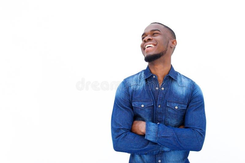 Африканский человек смеясь над с оружиями пересек против белой предпосылки стоковое изображение rf