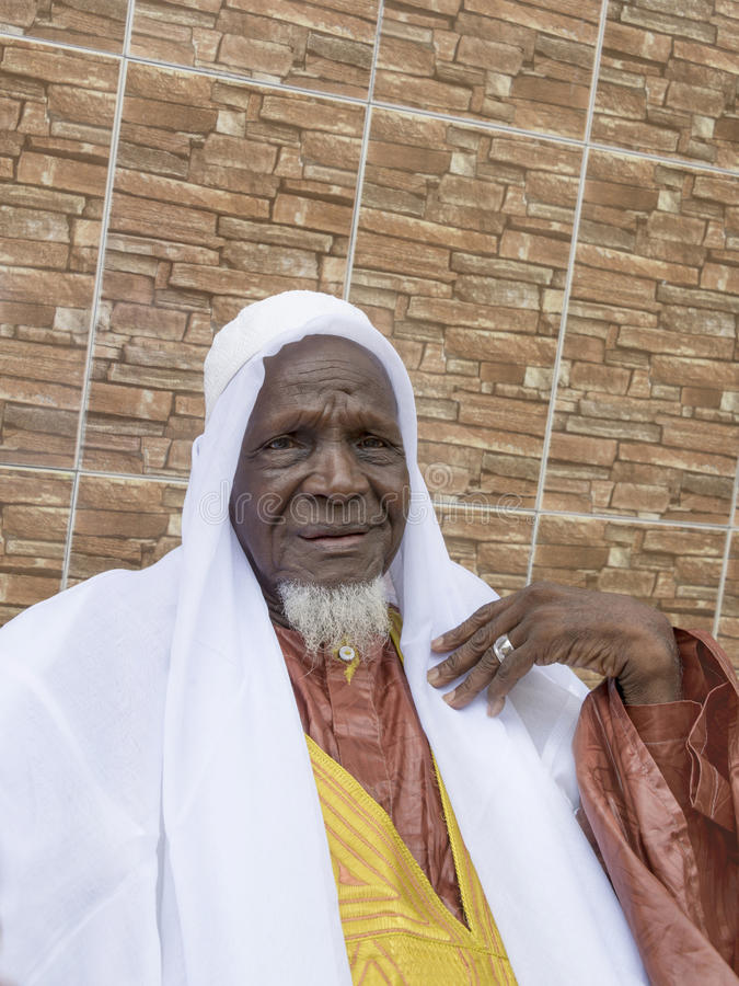 Африканский человек стоя перед его домом, 80 лет стоковое изображение