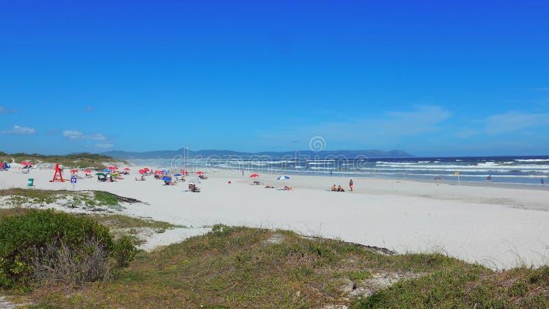 Африка hermanus южный Пляж грота Идет frm Hermanus пути скалы к пляжу грота и наслаждается взглядом стоковое изображение rf