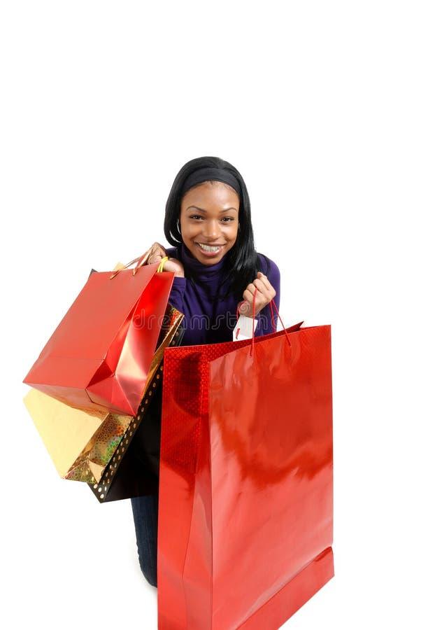 афроамериканец кладет женщину в мешки покупкы стоковое изображение rf