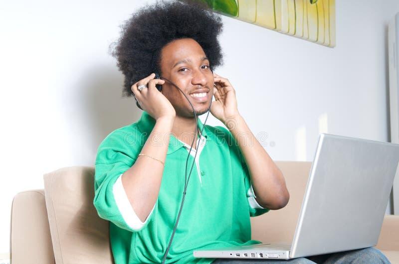 афроамериканец слушает нот гостиной к стоковое изображение