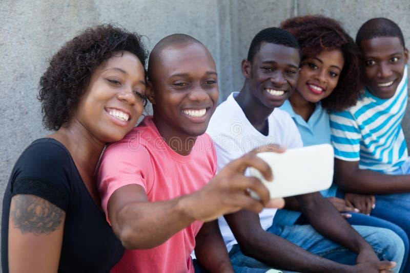 Афро-американская группа в составе люди и женщины принимая фото стоковые изображения