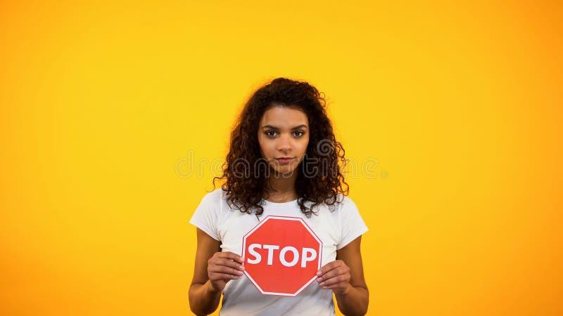 Афро-американская дама показывая знак стопа, предохранение от прав женщин, феминизм стоковые изображения rf