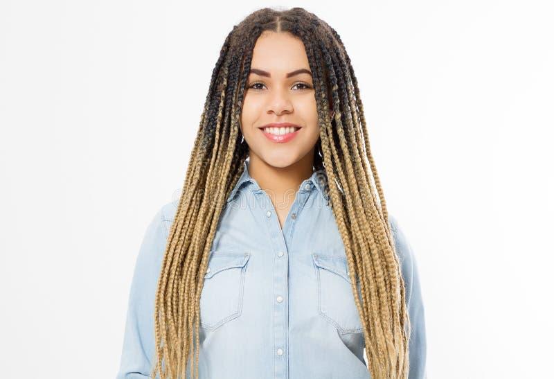 Афро-американская девушка в одеждах моды изолированных на белой предпосылке Хипстер женщины с афро прической скопируйте космос стоковая фотография rf