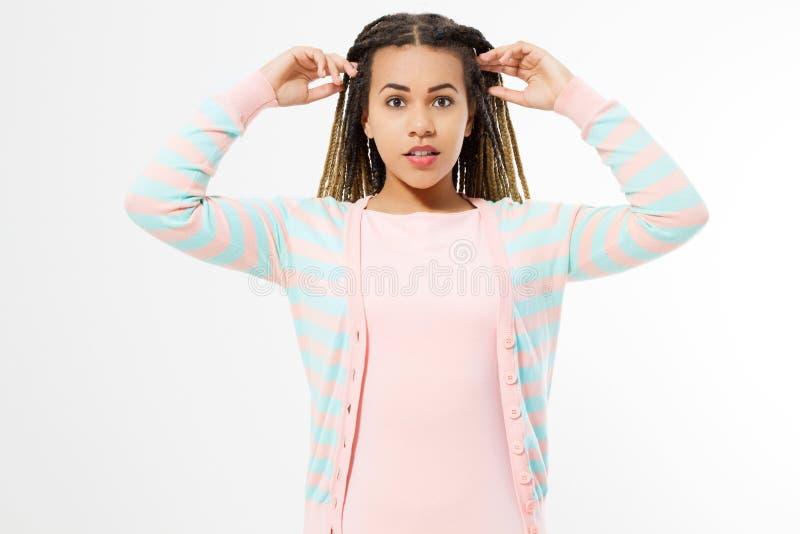 Афро-американская девушка в одеждах моды изолированных на белой предпосылке Хипстер женщины с афро прической скопируйте космос стоковые изображения rf