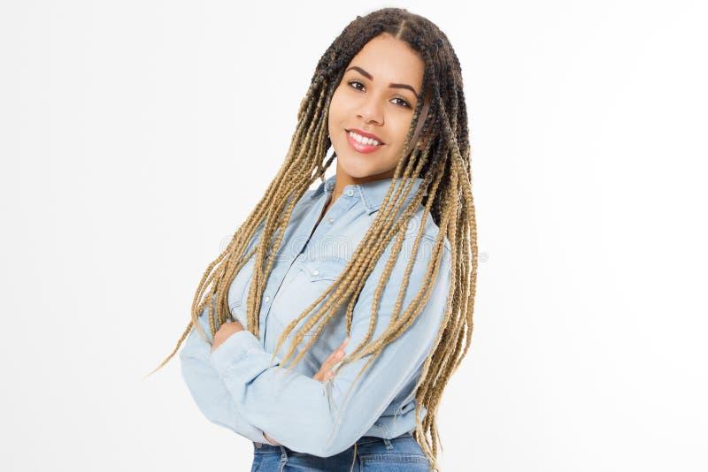 Афро-американская девушка в одеждах моды изолированных на белой предпосылке Хипстер женщины с афро прической скопируйте космос стоковое фото