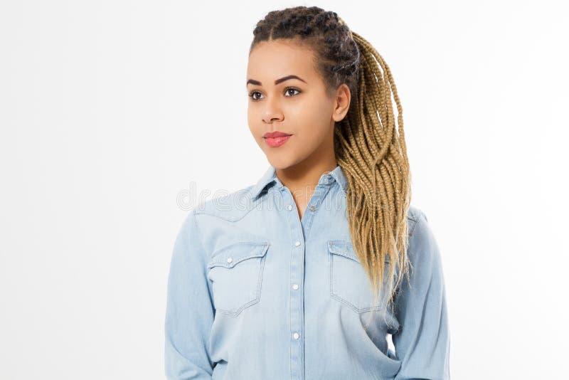Афро-американская девушка в одеждах моды изолированных на белой предпосылке Хипстер женщины с афро прической скопируйте космос стоковые фотографии rf