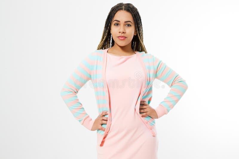 Афро-американская девушка в одеждах моды изолированных на белой предпосылке Хипстер женщины с афро прической скопируйте космос стоковое изображение rf