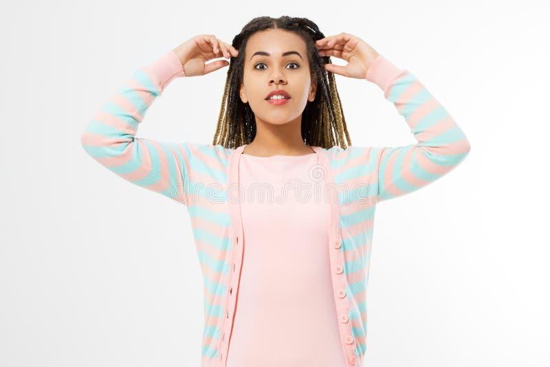 Афро-американская девушка в одеждах моды изолированных на белой предпосылке Хипстер женщины с афро прической скопируйте космос стоковые изображения