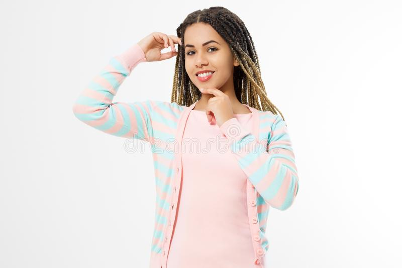 Афро-американская девушка в одеждах моды на белой предпосылке Хипстер женщины с афро прической скопируйте космос стоковое изображение rf