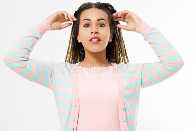 Афро-американская девушка в одеждах моды на белой предпосылке Хипстер женщины с афро прической скопируйте космос знамена стоковые фото