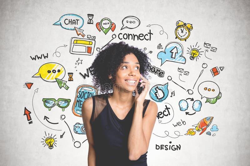 Афро-американская девушка по телефону, социальным средствам массовой информации стоковые изображения rf