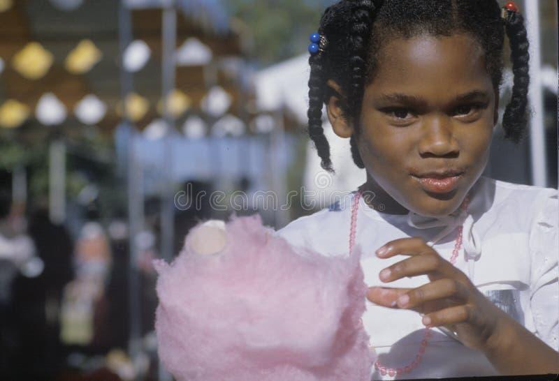 Афро-американская девушка есть конфету хлопка, Natchez, MI стоковое фото rf
