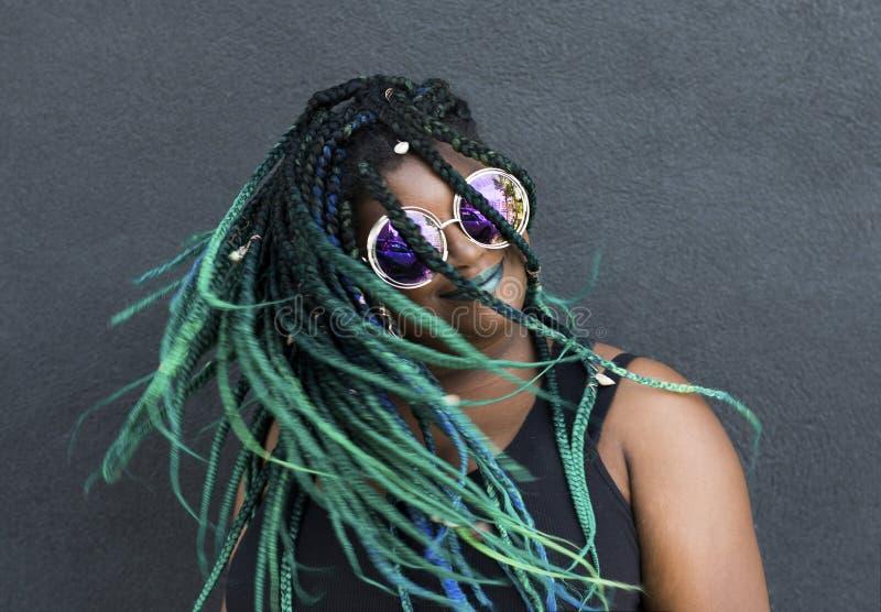 Афро-американская женщина с красивыми оплетками сини зеленого цвета Teal стоковая фотография
