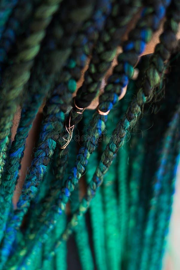 Афро-американская женщина с красивыми оплетками сини зеленого цвета Teal стоковая фотография rf