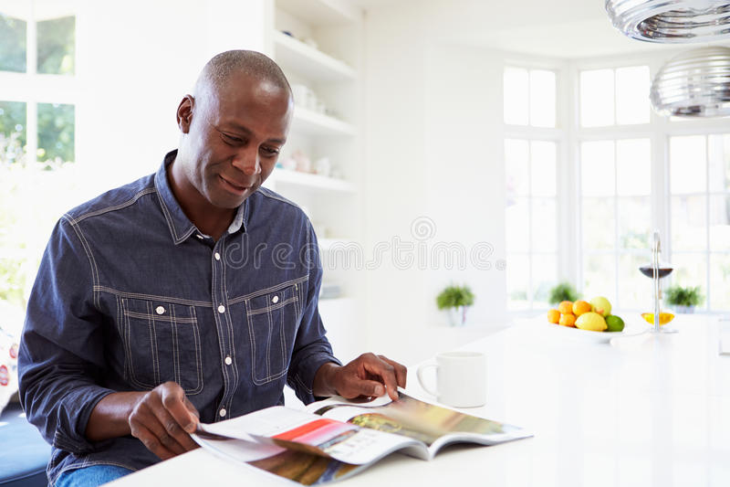 Афро-американская кассета чтения человека дома стоковое изображение rf