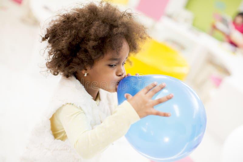Афро-американская маленькая девочка с воздушным шаром стоковое фото rf